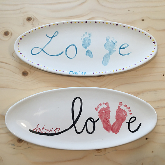 Babys Fußabdrücke auf Keramik